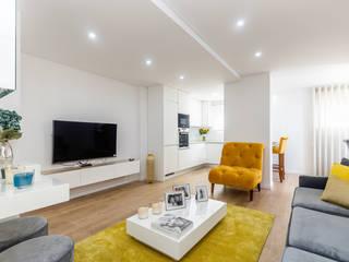 HOUSE PHOTO Ruang Keluarga Modern Amber/Gold