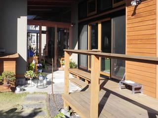 土間と離れのある家~人の集まる住まい 原 空間工作所 HARA Urban Space Factory 和風デザインの テラス 木 ブラウン