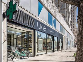 UNE Farmacia Destudio Arquitectura Espacios comerciales de estilo moderno