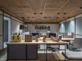 DESIGNER'S CIRCLE Ruang Studi/Kantor Modern Kayu Brown