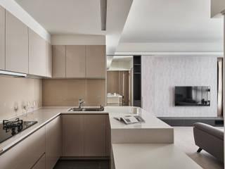 潤澤明亮設計事務所 Nhà bếp phong cách tối giản