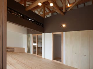 古民家をフルリノベーションした二世帯住宅「久能の家」 原 空間工作所 HARA Urban Space Factory 和風デザインの リビング 無垢材 ブラウン
