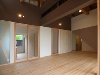 古民家をフルリノベーションした二世帯住宅「久能の家」 原 空間工作所 HARA Urban Space Factory 和風デザインの リビング 木