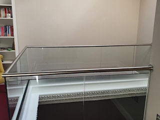 Frameless Balustrade in Walthamstow, East London Origin Architectural モダンデザインの 書斎 ガラス 透明