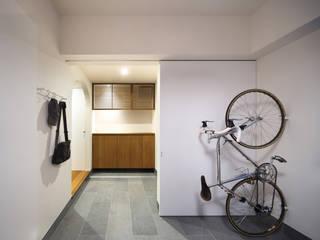 アトリエ・K 建築研究室 Modern corridor, hallway & stairs