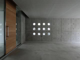 白島のアトリエ 吉田豊建築設計事務所 YUTAKA YOSHIDA ARCHITECT & ASSOCIATES モダンスタイルの 玄関&廊下&階段