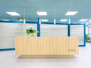 Diseñamos una oficina de 1000 metros al lado de la Gran Vía del centro de Madrid Interiorismo y decoración en Madrid / Kando Estudio Oficinas y tiendas de estilo moderno Madera Azul
