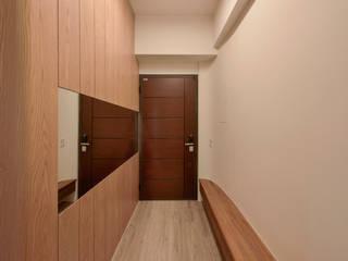 王采元工作室 Ingresso, Corridoio & Scale in stile industriale Legno Effetto legno