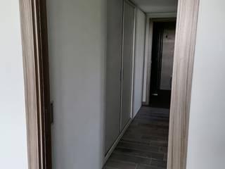 ARMADIO di Servizio in CORRIDOIO realizzato su misura CORDEL s.r.l. Ingresso, Corridoio & ScaleContenitori Legno composito Bianco