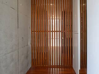 園田の家 久友設計株式会社 和風の 玄関&廊下&階段 コンクリート 木目調
