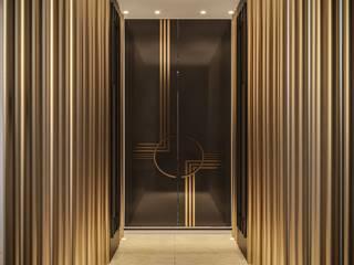 Camila Pimenta   Arquitetura + Interiores Modern corridor, hallway & stairs Engineered Wood Amber/Gold