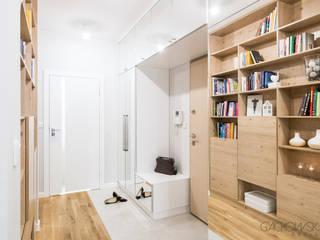 mieszkanie na Żoliborzu - projekt GACKOWSKA DESIGN GACKOWSKA DESIGN Nowoczesny korytarz, przedpokój i schody Drewno Biały