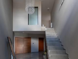 KARLEN + CLEMENTE ARQUITECTOS Moderner Flur, Diele & Treppenhaus Beton Grau
