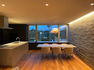 Outer Living House Atelier Square モダンデザインの ダイニング 石 灰色