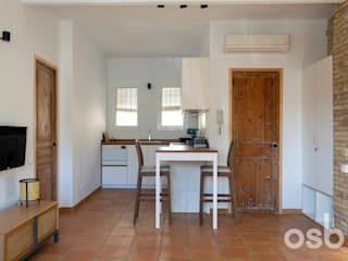 osb arquitectos Built-in kitchens White