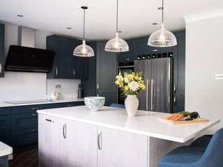 Mix of Styles - modern and classic Zara Kitchen Design Einbauküche