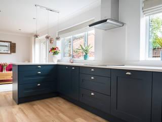 Modern Smooth Shaker in Hartforth Blue and Porcelain Zara Kitchen Design Klassische Küchen Quarz Blau