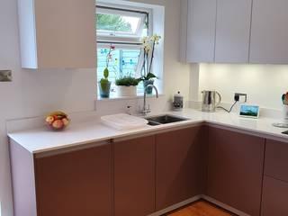 Modern flat handless kitchen in Snow White and Rosewood Zara Kitchen Design Einbauküche Quarz
