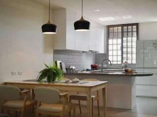 由外而內、步步紮實的中古透天翻修 微自然室內裝修設計有限公司 廚房