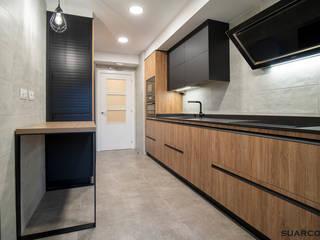 Cocina negra y madera en dos frentes Suarco Cocinas integrales Negro