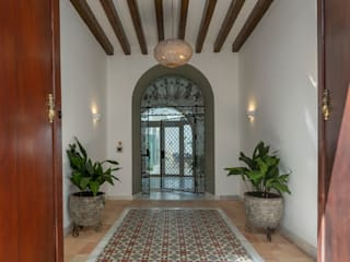 Interiorismo Conceptual estudio Mediterranean style corridor, hallway and stairs