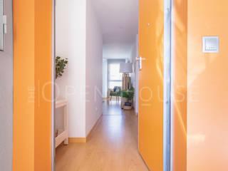 Piloto en Villalbilla The Open House Pasillos, vestíbulos y escaleras de estilo ecléctico