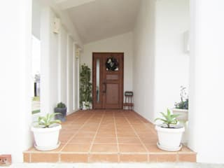 Panorama HouseⅡ 久友設計株式会社 地中海スタイル 玄関&廊下&階段 鉄筋コンクリート 白色