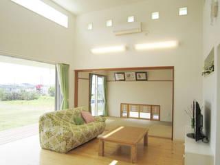 Panorama HouseⅡ 久友設計株式会社 オリジナルデザインの リビング 鉄筋コンクリート 白色