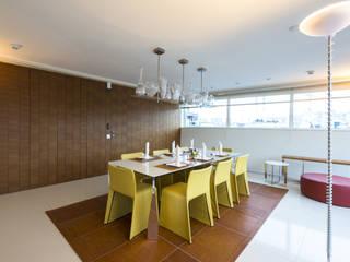 Teak wood boiserie walls coverings, sliding pocket doors in teak wood boiserie, yellow chairs, Moscow office homify Walls & flooringWall & floor coverings Wood Brown