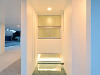 角地の家 久友設計株式会社 オリジナルスタイルの 玄関&廊下&階段 鉄筋コンクリート 白色
