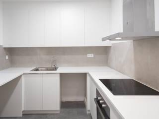 Reforma integral en calle Rera Palau de Barcelona Grupo Inventia Cocinas de estilo moderno Compuestos de madera y plástico Blanco