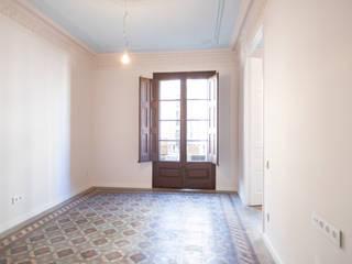Reforma integral en calle Rera Palau de Barcelona Grupo Inventia Salones de estilo moderno Hormigón Beige