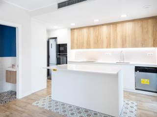 Reforma de casa en Santa Coloma de Gramanet Grupo Inventia Cocinas integrales Compuestos de madera y plástico Blanco