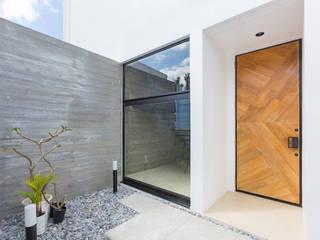 森に開く家 久友設計株式会社 オリジナルスタイルの 玄関&廊下&階段 コンクリート 白色