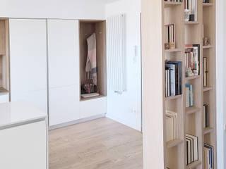 Attico Giardino di Roma Spazio 14 10 Ingresso, Corridoio & Scale in stile moderno Legno Bianco