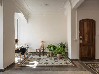 tambori arquitectes Mediterranean style living room Ceramic White