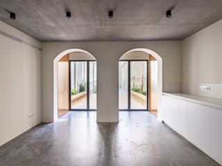 CASA 30X5 Kahane Architects Salones de estilo minimalista Hormigón Gris