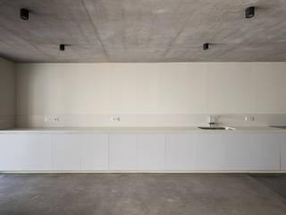 CASA 30X5 Kahane Architects Cocinas integrales Mármol Blanco