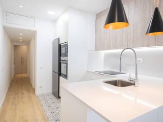 Reforma integral en calle Providència Grupo Inventia Cocinas integrales Compuestos de madera y plástico Blanco