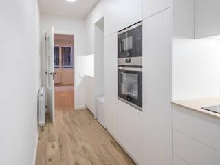 Reforma integral en calle Romans de Barcelona Grupo Inventia Cocinas integrales Compuestos de madera y plástico Blanco