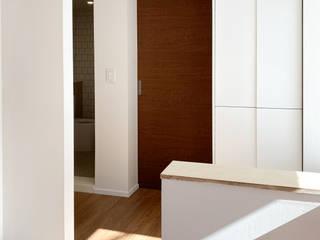 AAPA건축사사무소 Pasillos, vestíbulos y escaleras de estilo moderno