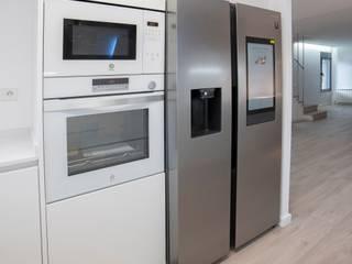 Reforma de casa en Vilanova del Vallès Grupo Inventia Cocinas integrales Compuestos de madera y plástico Blanco