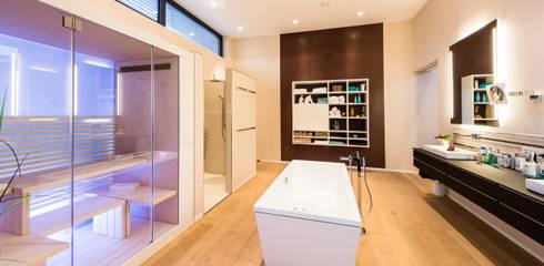 Kaskadenhaus - Einfamilienwohnhaus in Bürstadt: modernes Spa von Helwig Haus und Raum Planungs GmbH