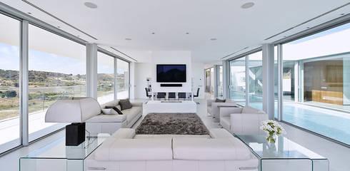 Villa Escarpa, Praia da Luz, Portugal: moderne Wohnzimmer von Philip Kistner Fotografie
