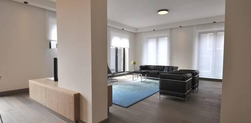 Appartement Amsterdam:  Woonkamer door Bobarchitectuur