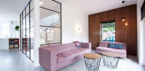 Verbouwing en inrichting jaren '30 woning: moderne Woonkamer door StrandNL architectuur en interieur