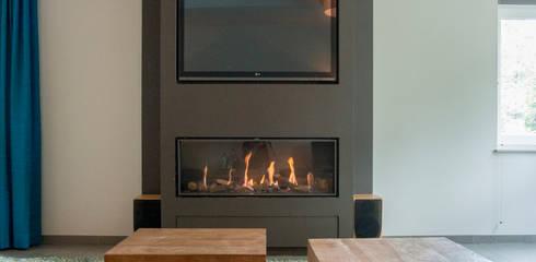 Tv haard combinatie: moderne Woonkamer door Hemels Wonen interieuradvies en ontwerp