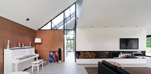 Doorzicht naar entreehal: moderne Woonkamer door Beltman Architecten