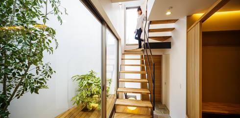 Corridor and hallway by 一級建築士事務所haus