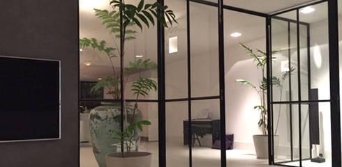 Livings de estilo  por MG Interieurarchitectuur BNI